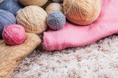 Boules de fil à tricoter sur le fond blanc Vue supérieure Foyer sélectif Images libres de droits