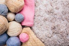 Boules de fil à tricoter sur le fond blanc Vue supérieure Foyer sélectif Photos stock