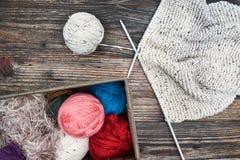 Boules de fil avec des aiguilles de tricotage Photographie stock