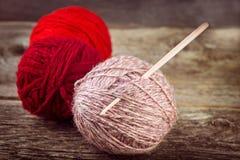 Boules de fil avec le crochet de crochet Image libre de droits