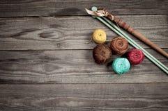 Boules de fil coloré d'iris sur les conseils en bois Image libre de droits