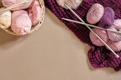 Boules de fil Boules de fil coloré dans un plat en osier Fil pour tricoter sur un fond beige Tricotage comme sorte de Photos libres de droits