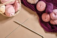 Boules de fil Boules de fil coloré dans un plat en osier Fil pour tricoter sur un fond beige Tricotage comme sorte de Photographie stock libre de droits