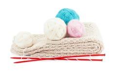 Boules de fil et aiguilles de tricotage Images stock