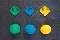 Boules de fil et de motifs à crochet Photos stock