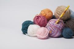 Boules de fil pour tricoter avec le crochet Photo stock