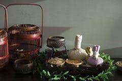 Boules de fines herbes de compresse et d'autres ingrédients pour le massage thaïlandais et la station thermale Photo stock