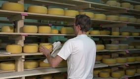 Boules de fromage dans la chambre de traitement par vapeur clips vidéos