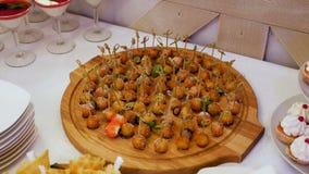 Boules de fruit sur des brochettes au buffet banque de vidéos