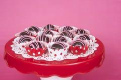 Boules de gâteau de chocolat en Li rouge et blanc de gâteau de tasse de point de polka mini Photo stock