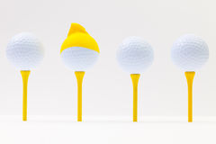 Boules de golf blanches avec le chapeau drôle Concept drôle de golf Photographie stock libre de droits