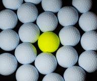 Boules de golf Choisissez la boule jaune mélangée dans beaucoup de boules blanches Image libre de droits