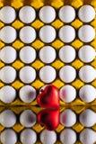 Boules de golf dans la boîte pour les oeufs et le coeur rouge Photographie stock
