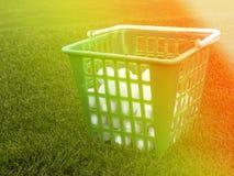 Boules de golf dans le panier sur un fond d'herbe, le concept d'un sport pour les riches, l'espace pour le texte Images stock