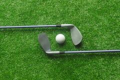 Boules de golf et clubs de golf sur l'herbe verte photographie stock