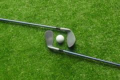 Boules de golf et clubs de golf sur l'herbe verte photos libres de droits