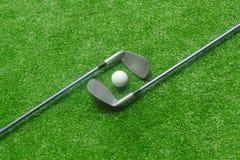 Boules de golf et clubs de golf sur l'herbe verte image stock