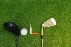 Boules de golf et clubs de golf sur l'herbe verte image libre de droits