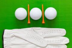 Boules de golf et tees de golf en bois sur la table verte Photo libre de droits