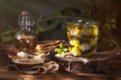 Boules de Labneh en huile d'olive avec des épices Image libre de droits