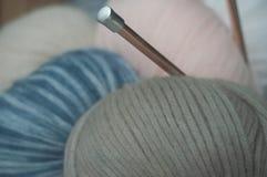 Boules de laine dans la salle d'exposition de magasin Image libre de droits