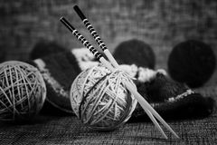 Boules de laine de broderie et aiguilles de tricotage Images libres de droits