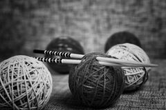 Boules de laine de broderie et aiguilles de tricotage Photographie stock libre de droits
