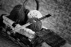 Boules de laine de broderie et aiguilles de tricotage Photos stock
