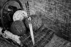 Boules de laine de broderie et aiguilles de tricotage Photographie stock