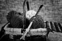 Boules de laine de broderie et aiguilles de tricotage Photo stock