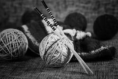 Boules de laine de broderie et aiguilles de tricotage Photos libres de droits