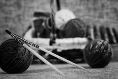Boules de laine de broderie et aiguilles de tricotage Image libre de droits