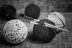 Boules de laine de broderie et aiguilles de tricotage Photo libre de droits