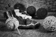 Boules de laine de broderie et aiguilles de tricotage Image stock