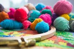 Boules de laine de fil, de tambour et de broderie Photos libres de droits