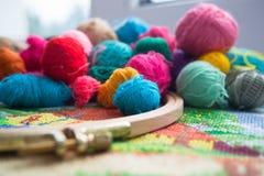 Boules de laine de fil, de tambour et de broderie Photos stock