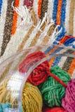 Boules de laine en verre sur la couverture de laine photographie stock