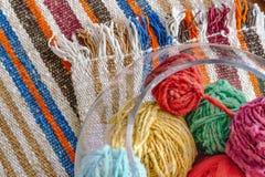 Boules de laine en verre sur la couverture de laine image libre de droits