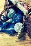 Boules de laine et aiguilles de tricotage Photos stock