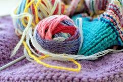 Boules de laine et d'une aiguille de tricotage pour le tricotage Images libres de droits
