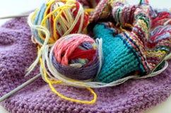 Boules de laine et d'une aiguille de tricotage pour le tricotage Image libre de droits