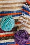 Boules de laine sur la couverture de laine photographie stock libre de droits