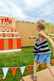 Boules de lancement d'enfant à une cible Images libres de droits