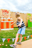 Boules de lancement d'enfant à une cible Photos stock