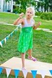Boules de lancement d'enfant à une cible Photo stock