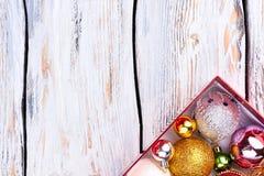 Boules de luxe de Noël dans la boîte, l'espace de copie Image libre de droits