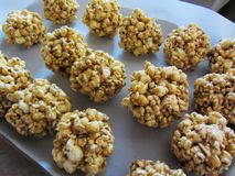 Boules de maïs éclaté faites maison délicieuses de caramel photos libres de droits
