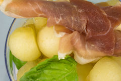Boules de melon avec du jambon Image stock
