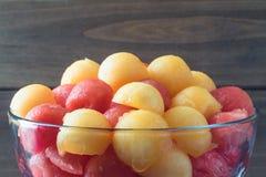 Boules de melon juteuses sur le fond en bois photographie stock libre de droits