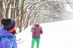 Boules de neige de jeu d'amis Photographie stock libre de droits
